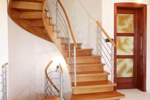 Эвольвентная лестница из дуба с ограждением из нержавеющей стали