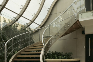 Марщевая лестница DAIOS на окрашенных тетивахб ступени из дуба